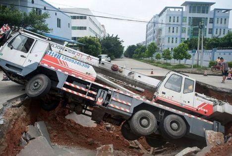 Guindaste cai no buraco na China