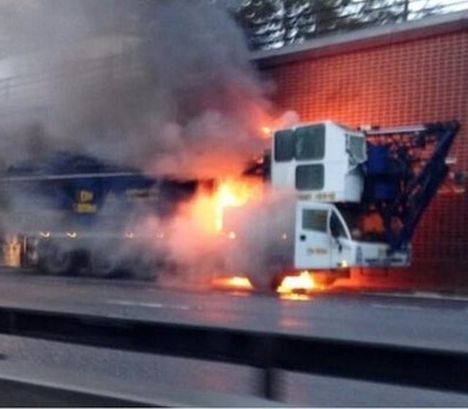 Guindaste pega fogo no meio da rodovia 2