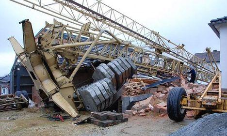 Torre auto montante destroi garagem