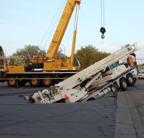 T775-terex-cai-em-estacionamento